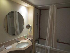 nettoyer un miroir de la salle de bain
