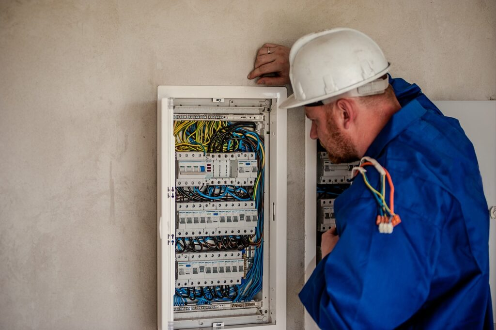 Plombier OU Electricien OU Frigoriste : 9 Différences Enormes